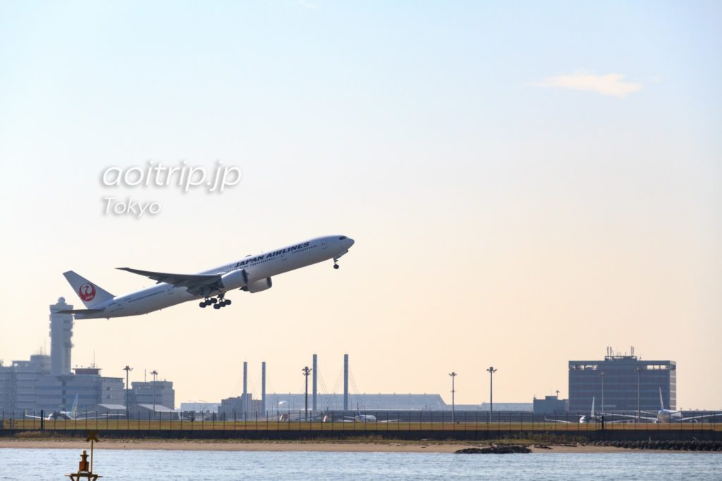 羽田空港を発つJALボーイング777-300