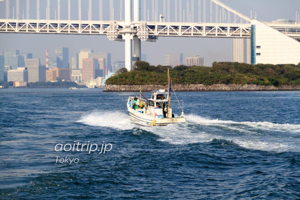 羽田沖から帰港する漁船