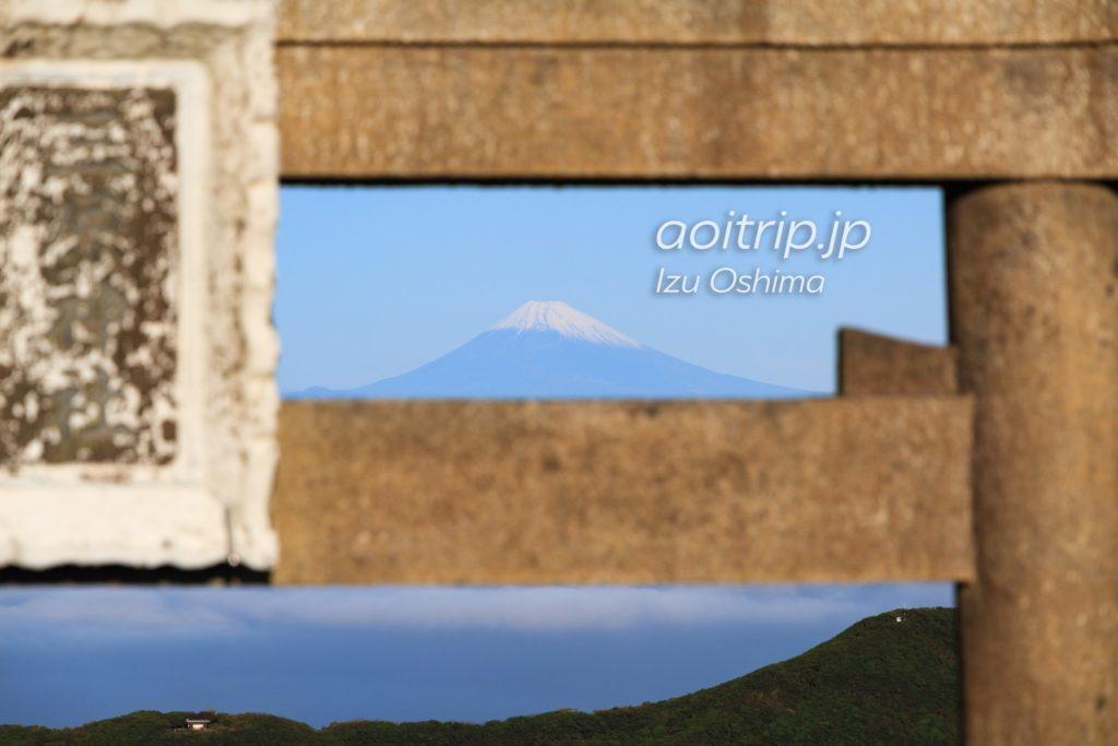 伊豆大島 三原鳥居と富士山