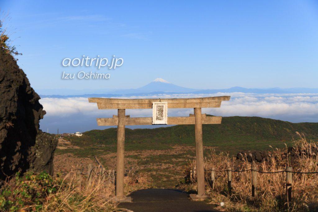 伊豆大島の三原神社から見える富士山