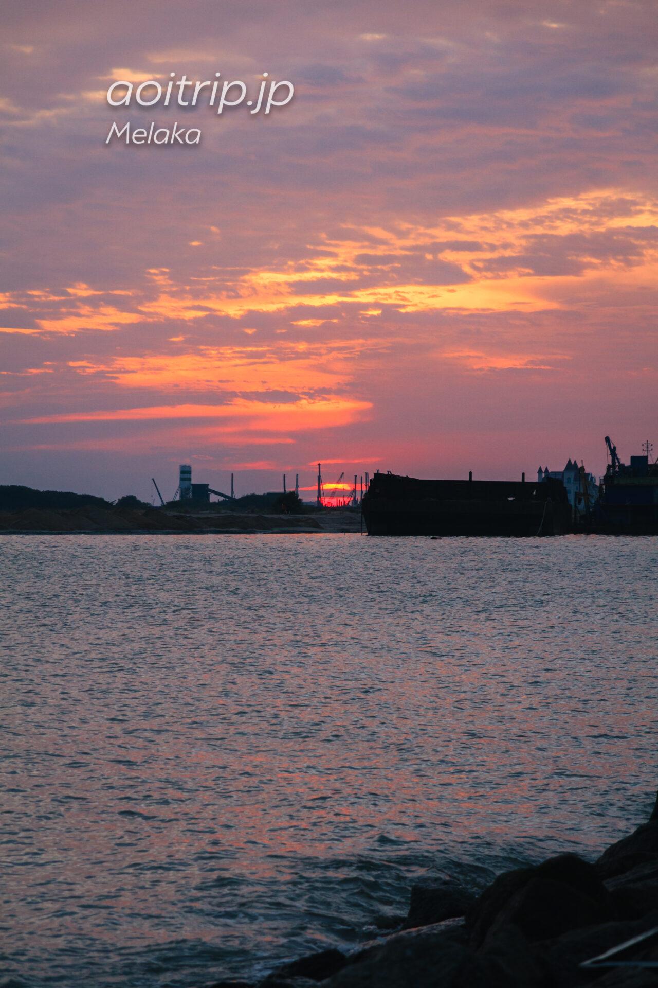 マラッカ海峡に沈む朱色の夕日を求めて