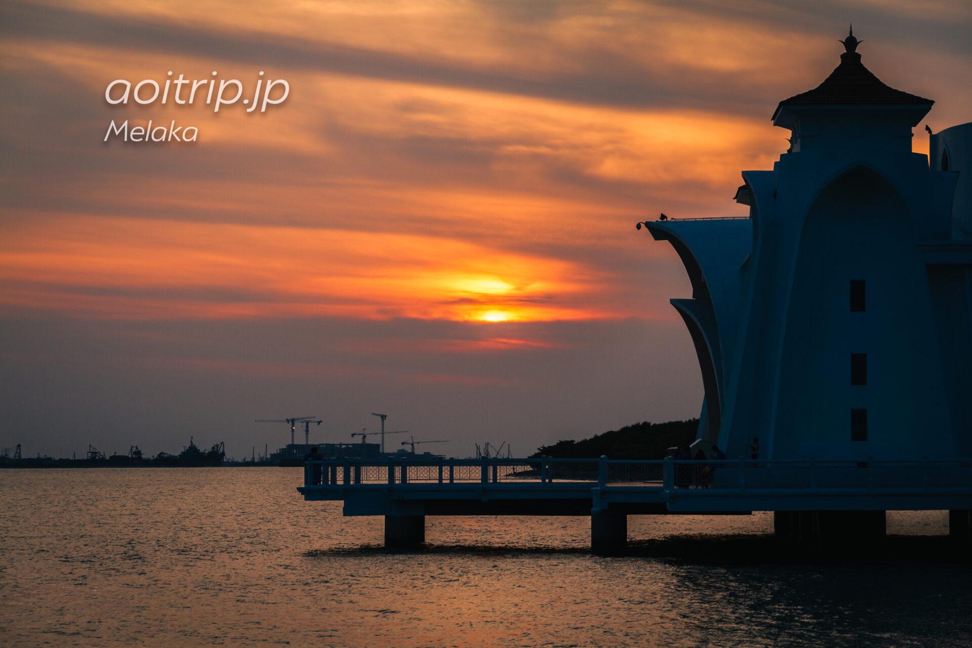 水上モスクから望むマラッカの夕日