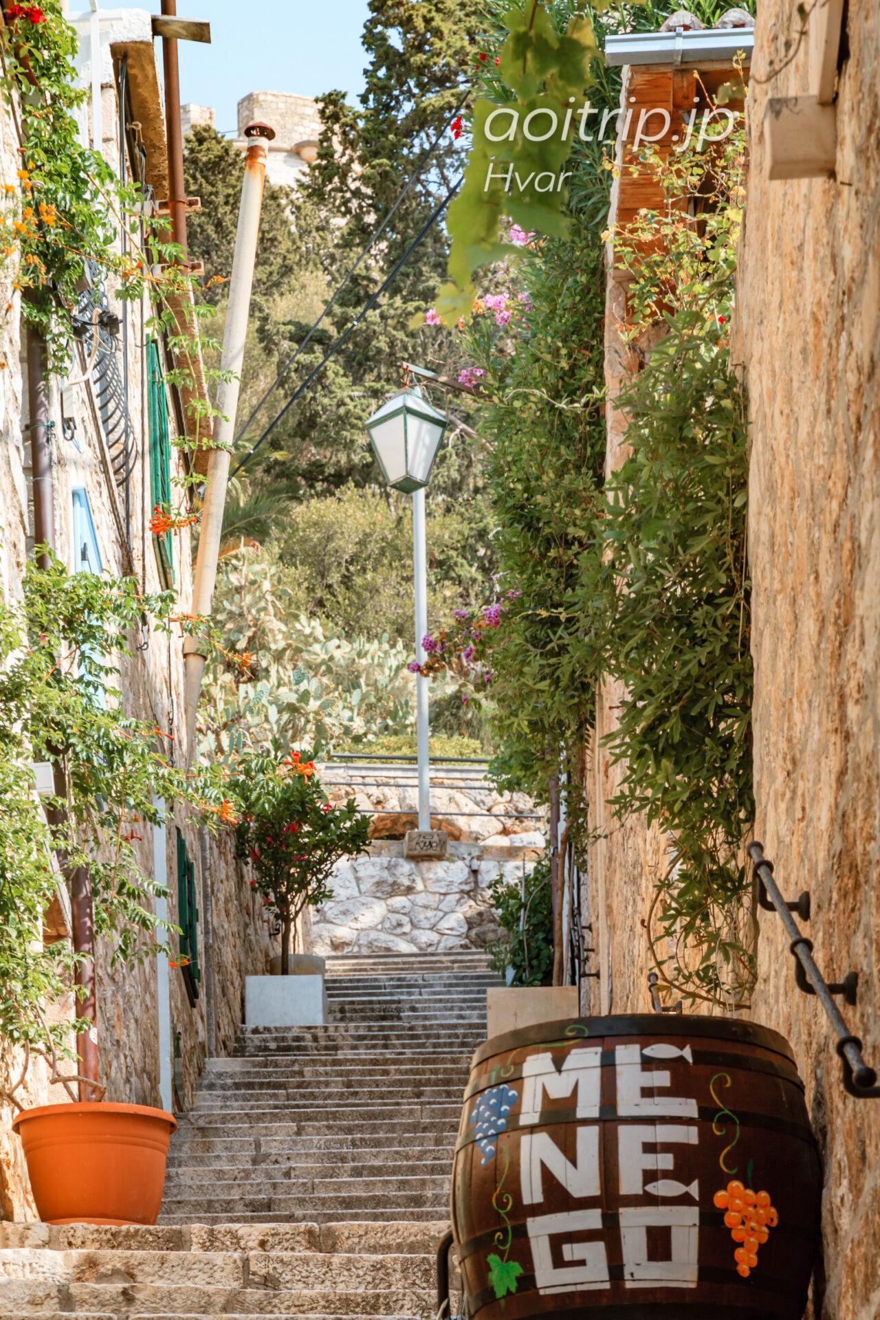 フヴァル城塞へ向かう階段