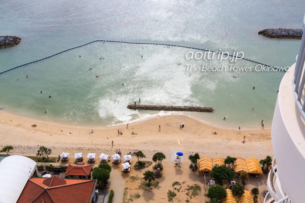 ザビーチタワー沖縄高層階から北谷サンセットビーチを望む