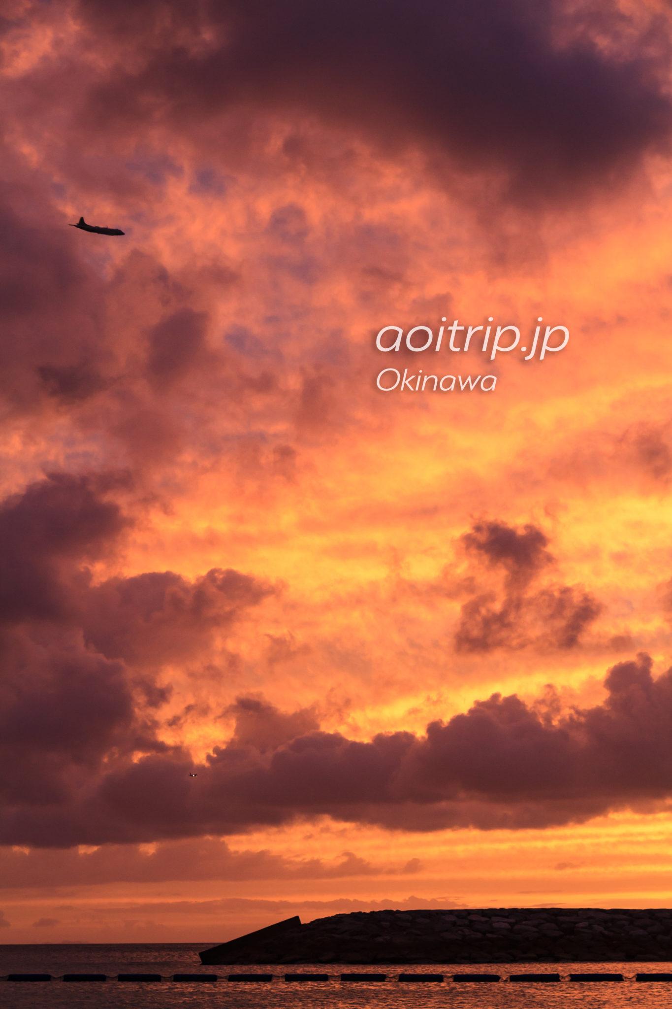 北谷サンセットビーチの夕日と飛行機