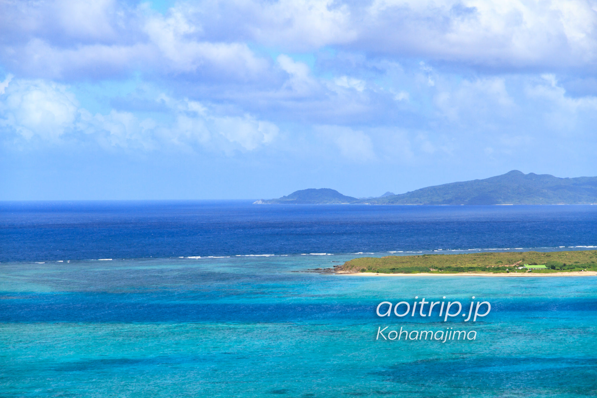 小浜島から嘉弥真島と、石垣島西部にある御神崎の灯台を望む