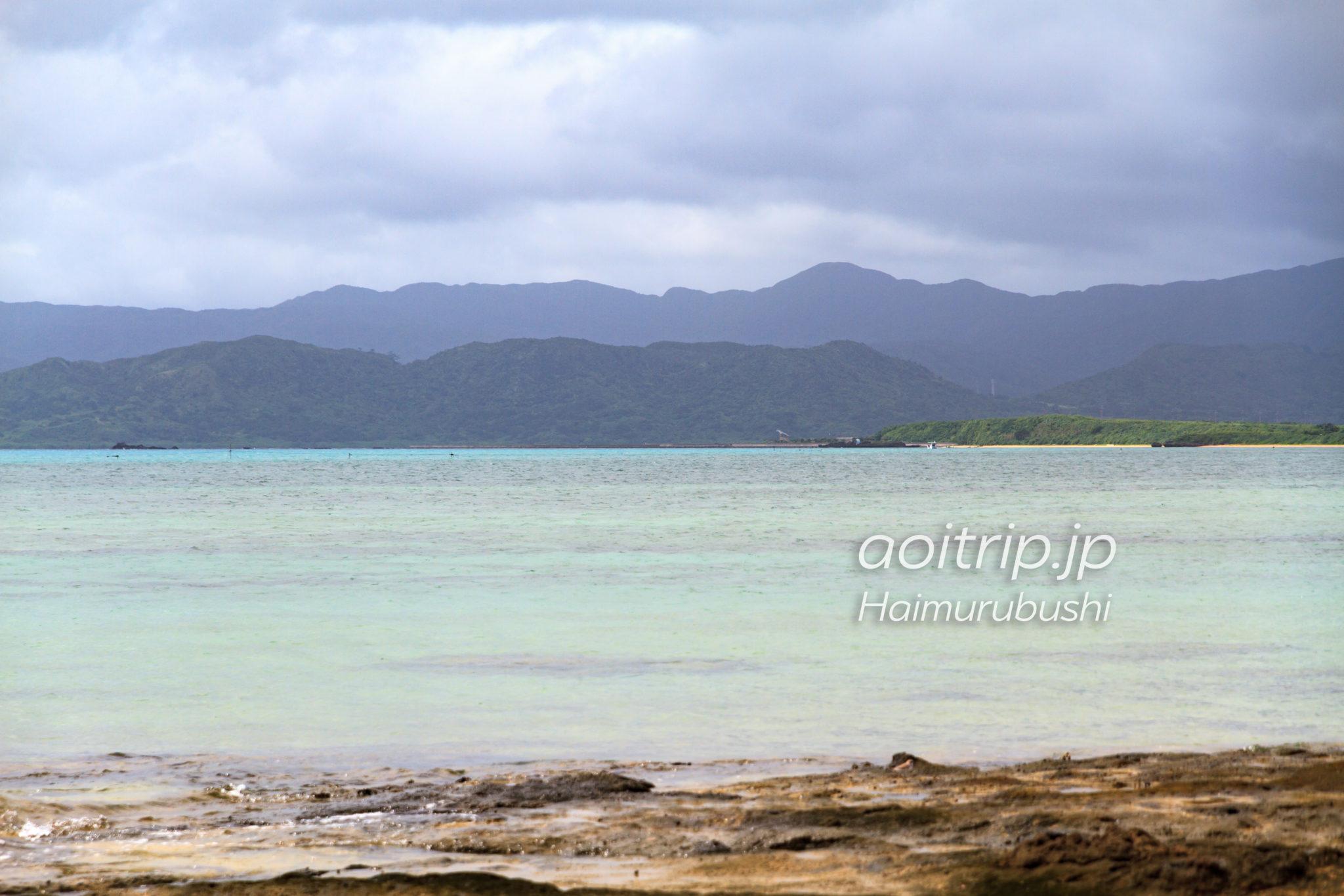 ゆうなの浜から西表島を望む