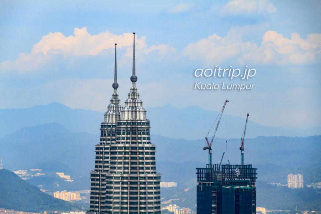 KLタワー展望台からペトロナスツインタワーを望む