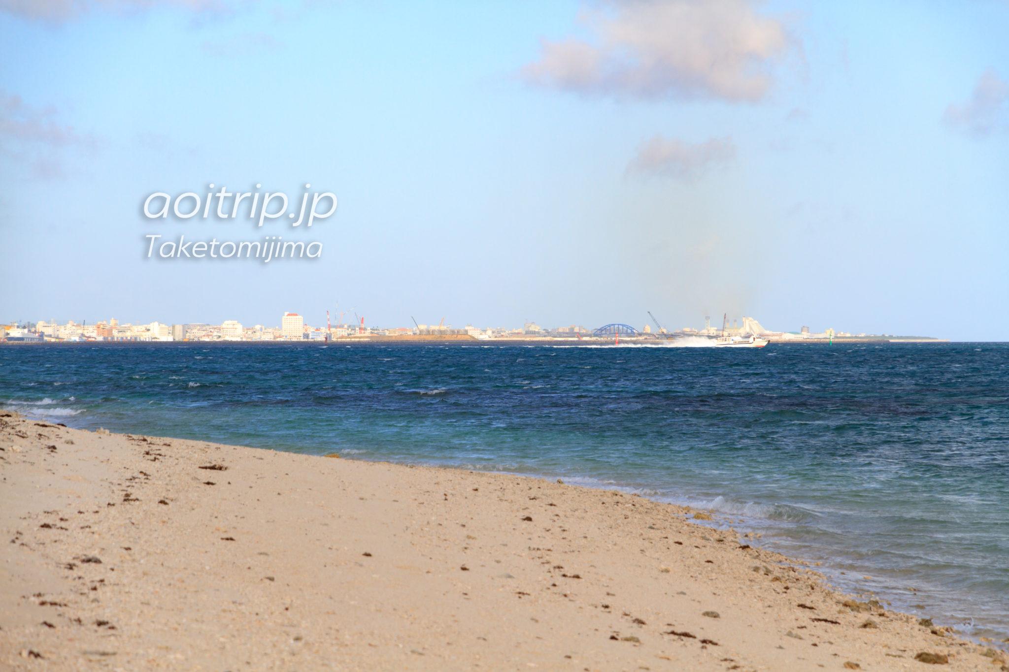 竹富島のアイヤル浜から石垣島を望む
