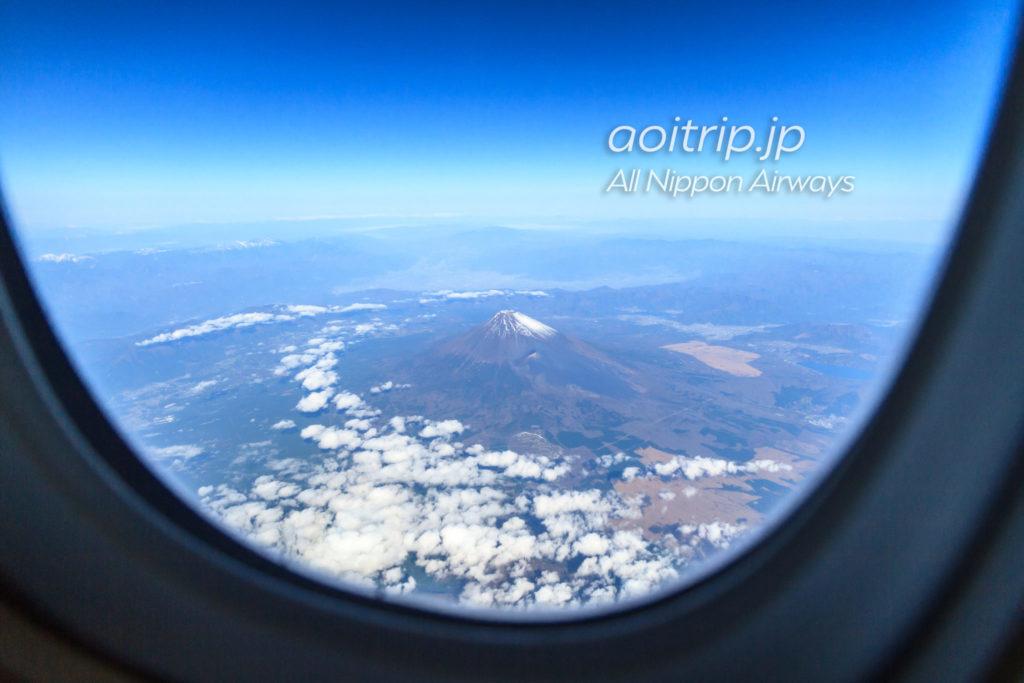 飛行機の機内から見る富士山(11月)