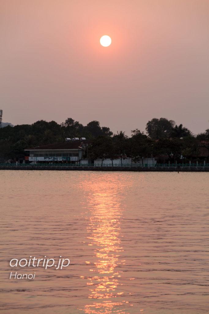 ハノイの西湖から望む夕日
