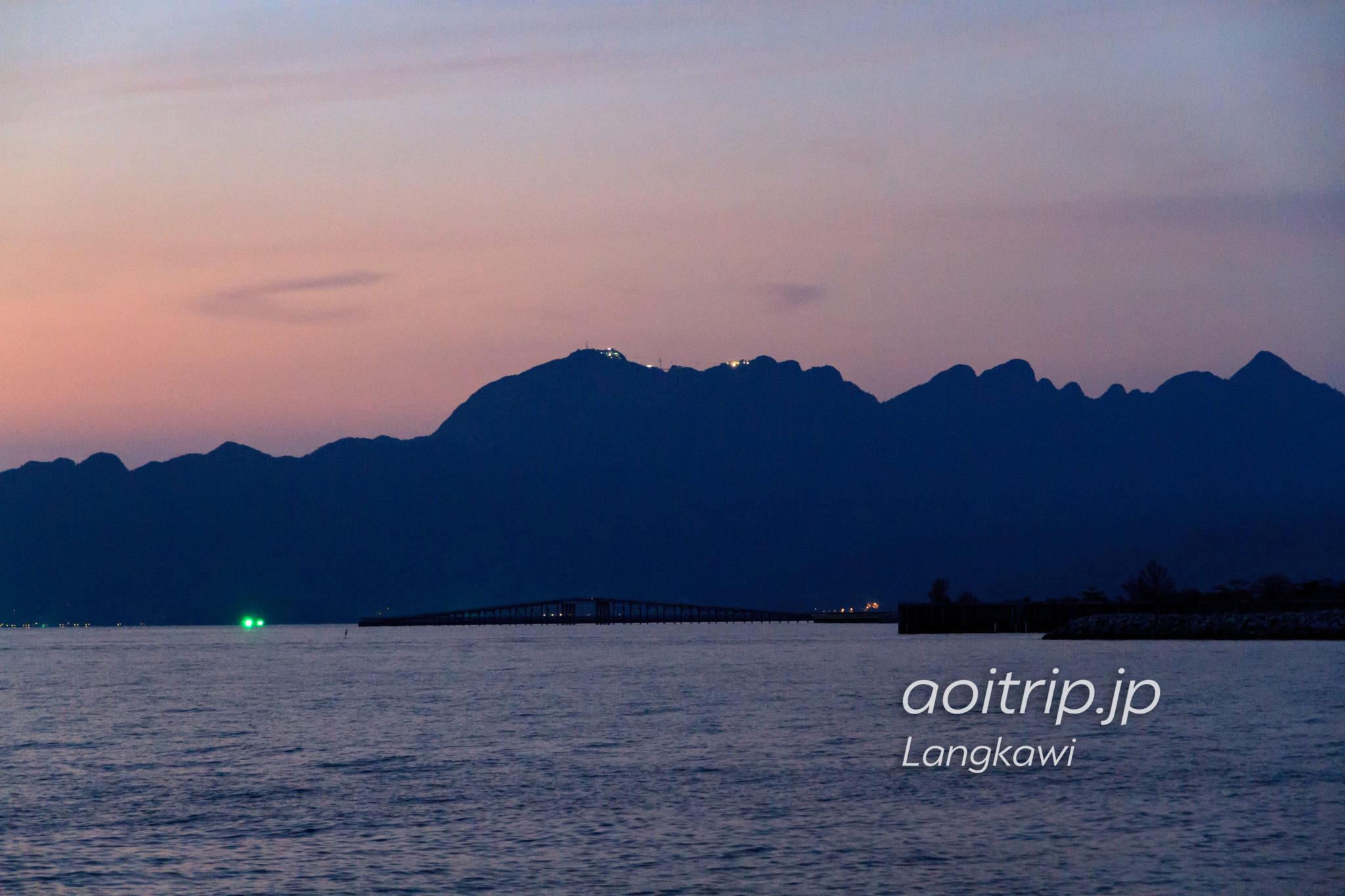 セナンビーチから望むランカウイケーブルカーの夜景