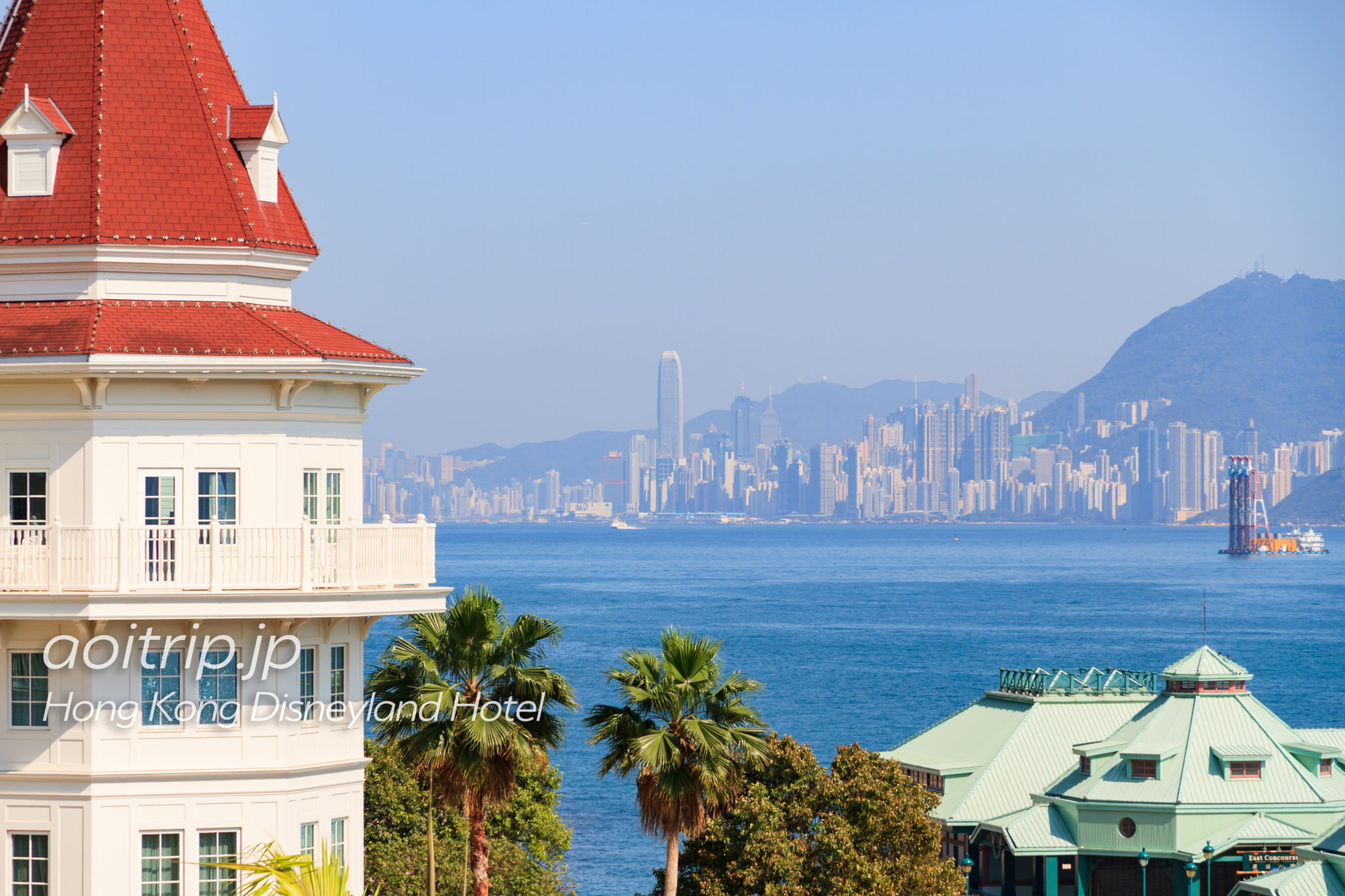 香港ディズニーランドホテルと香港島の街並み