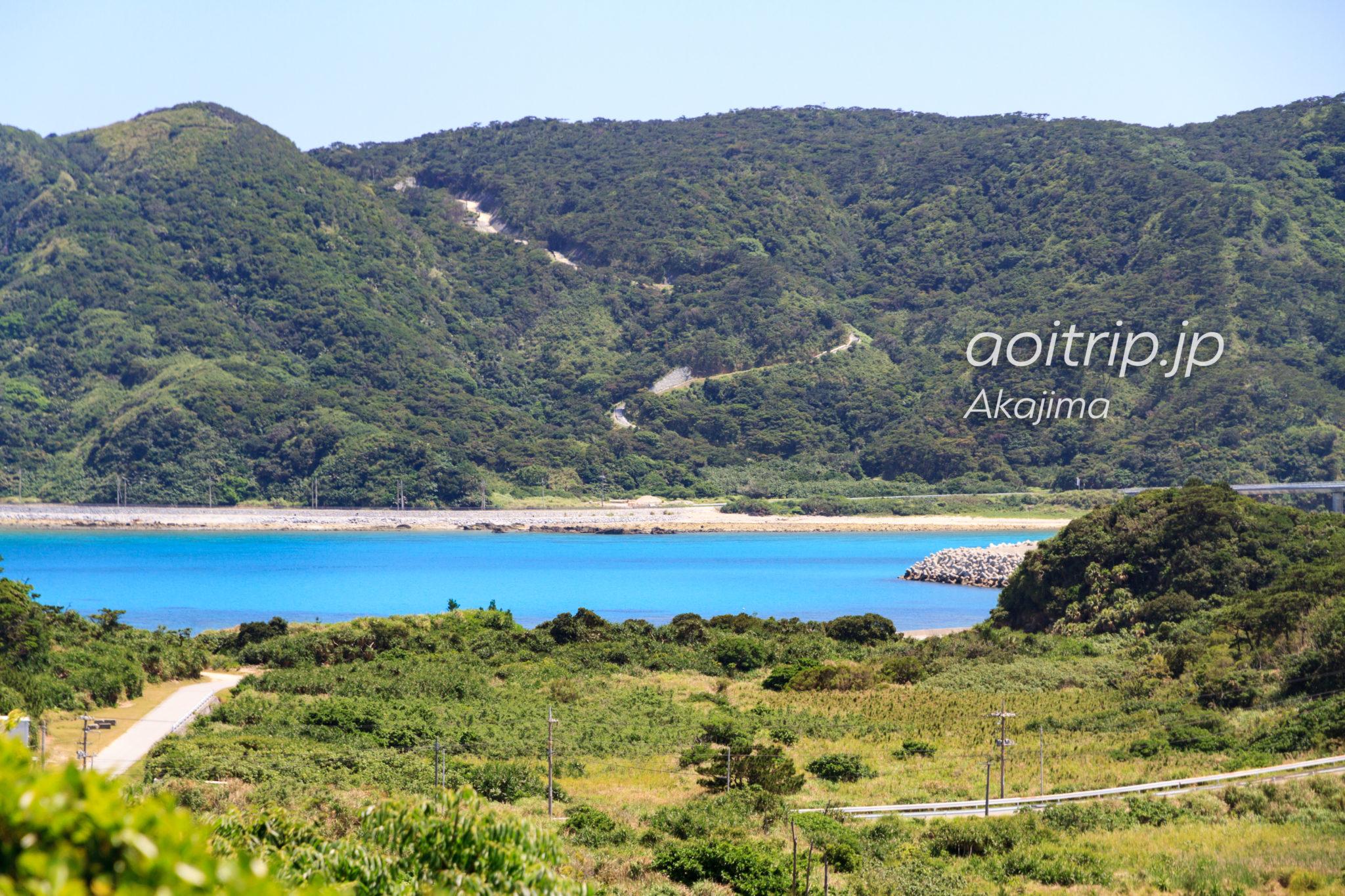 阿嘉島の北浜展望台から慶留間島を望む