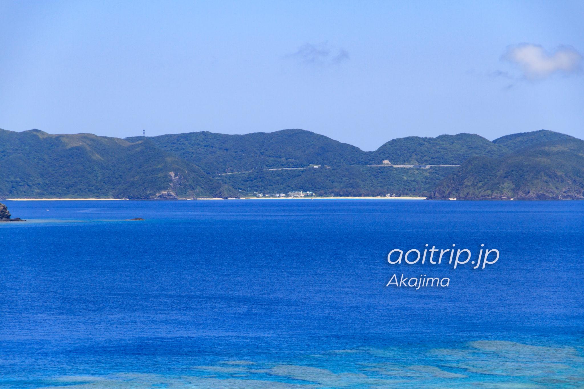 阿嘉島の北浜ビーチから渡嘉敷島のとかしくマリンビレッジを望む