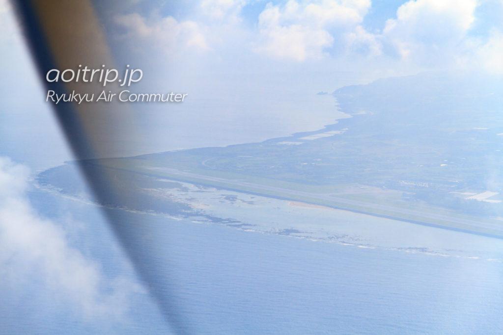 飛行機機内から見る久米島空港