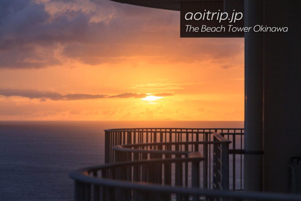 ザビーチタワー沖縄のバルコニーから見る夕日