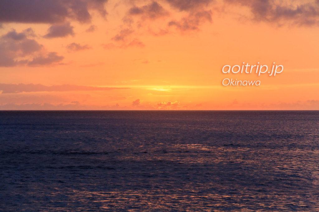ザビーチタワー沖縄のバルコニーから見る夕焼け