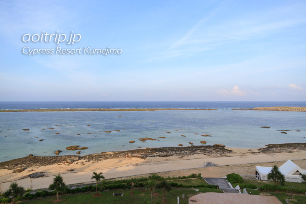 サイプレスリゾート久米島の5階バルコニーから見るシンリ浜の眺望
