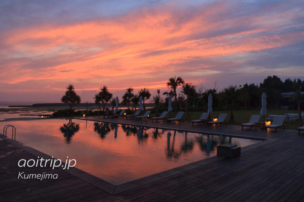 サイプレスリゾート久米島のプールから見る夕焼け・マジックアワー