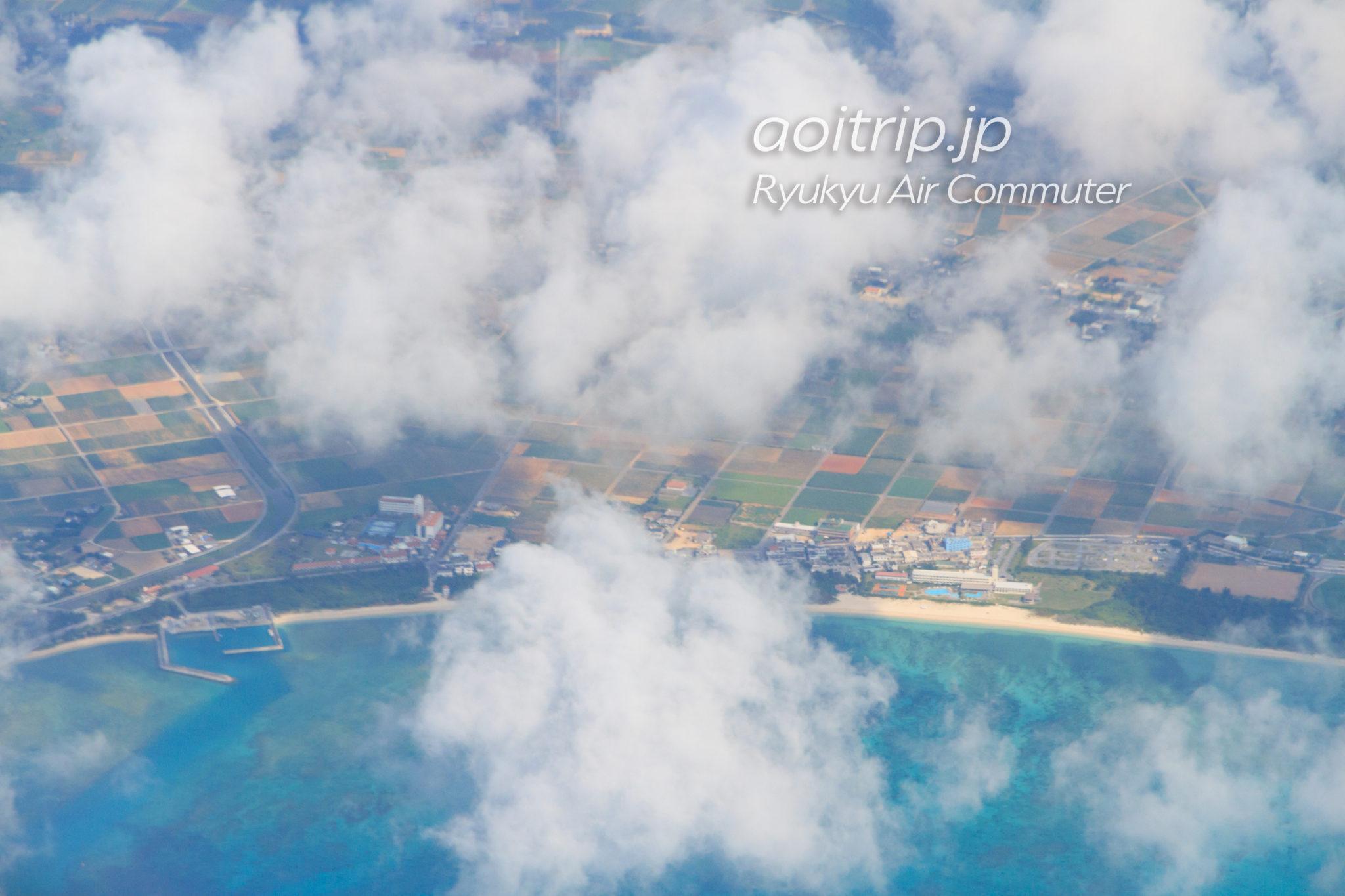 飛行機機内から見る久米島
