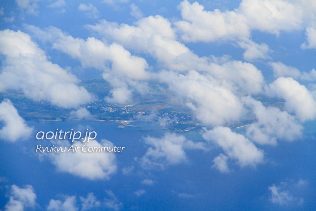 飛行機機内から見る粟国島