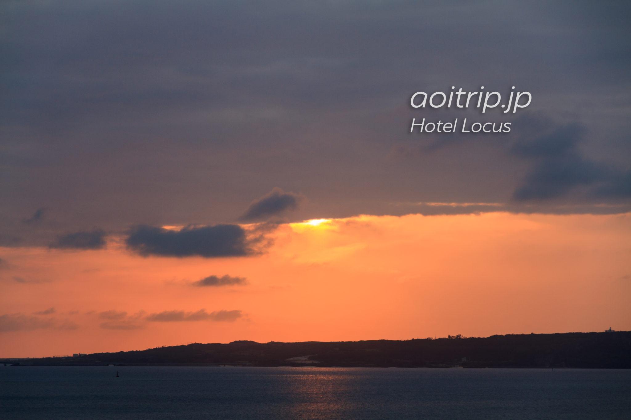 ホテルローカス宮古島から見る伊良部島の先に沈む夕日