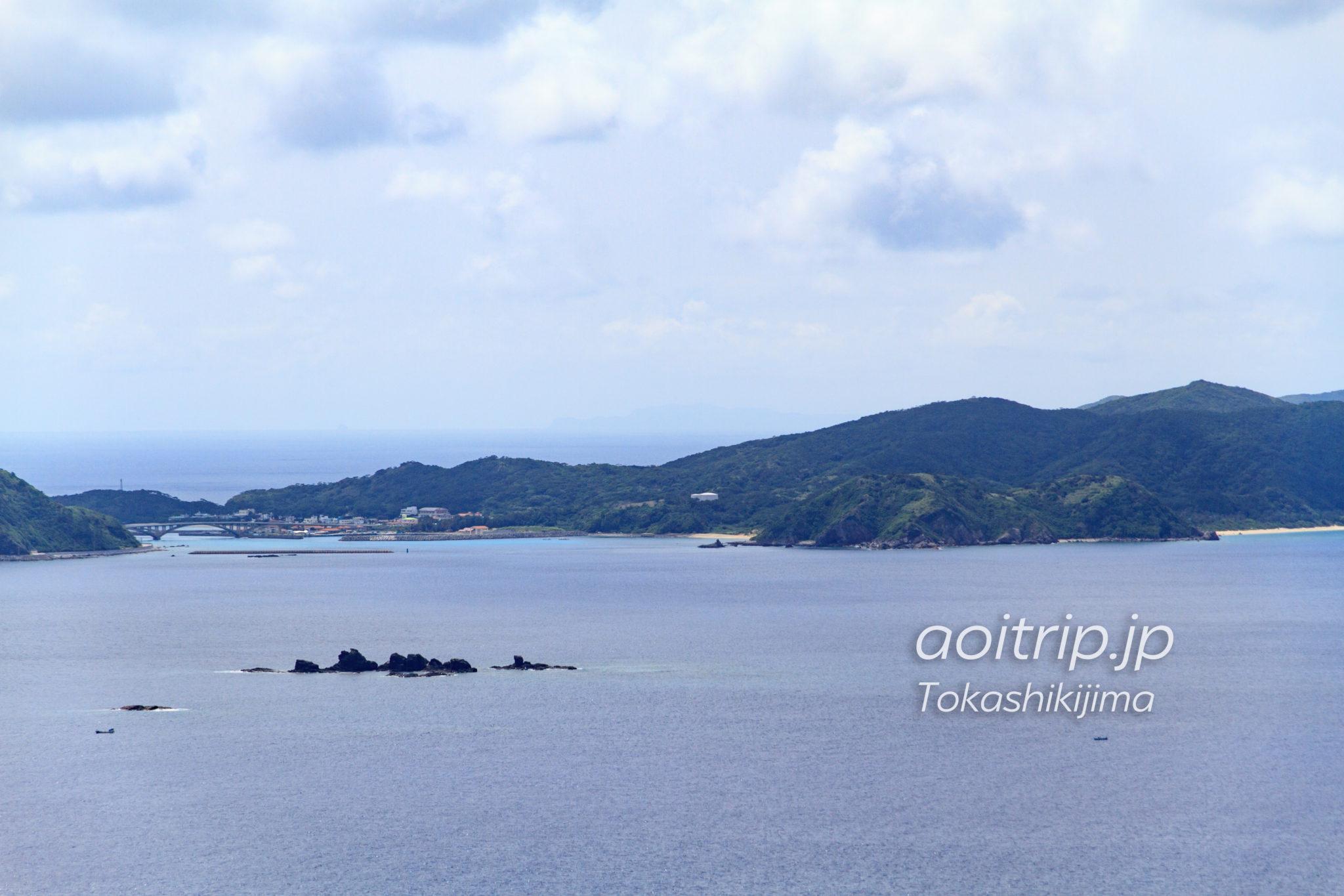 阿嘉島の向こうには久米島(照山展望台の約55km西)