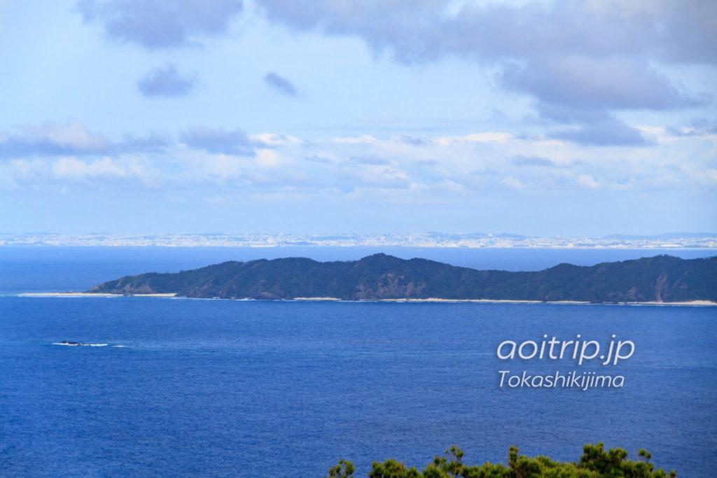 渡嘉敷島の赤間山展望台から望む沖縄本島と前島