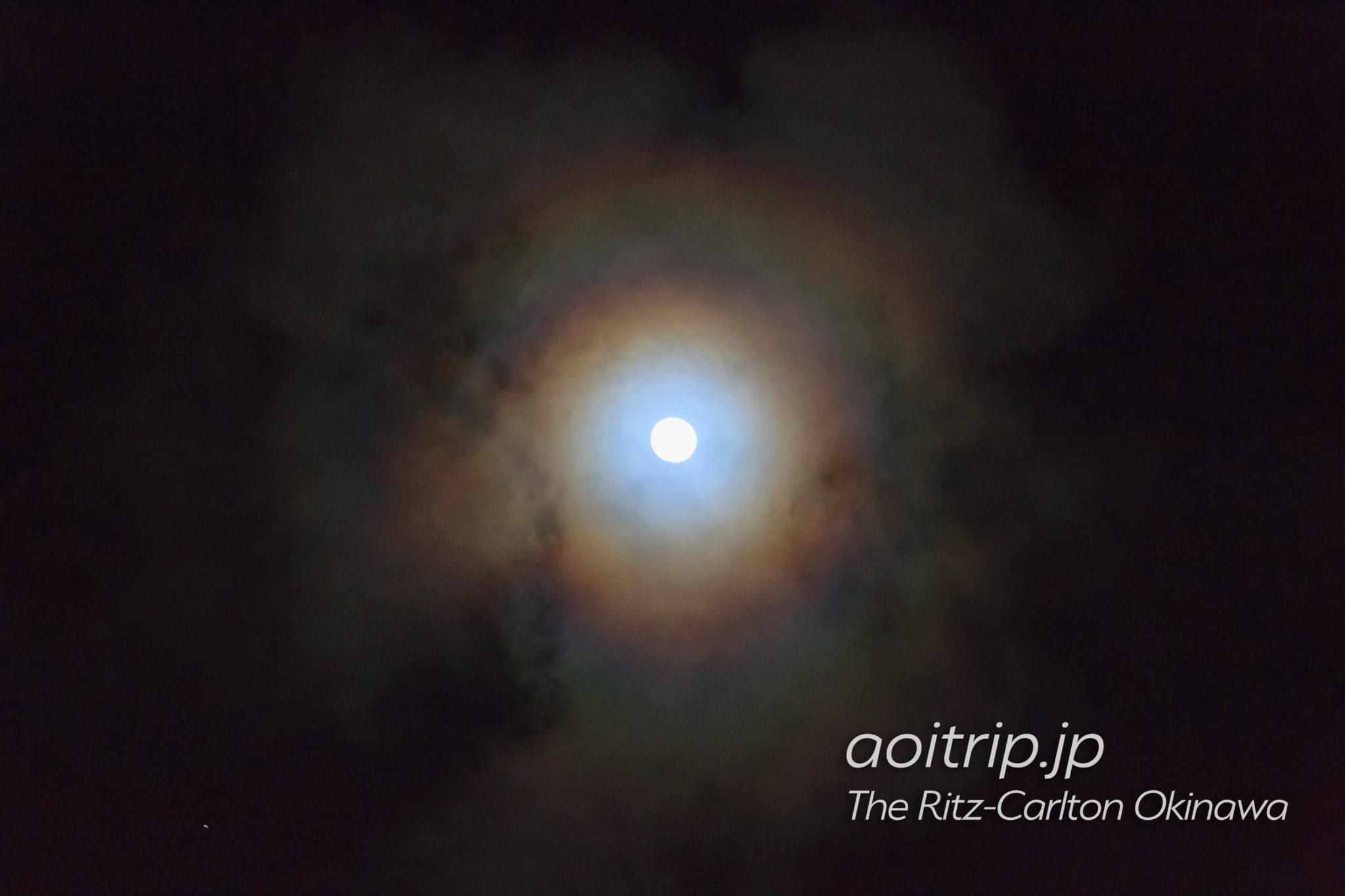 月暈(げつうん、月の周りに七色の輪ができる現象)