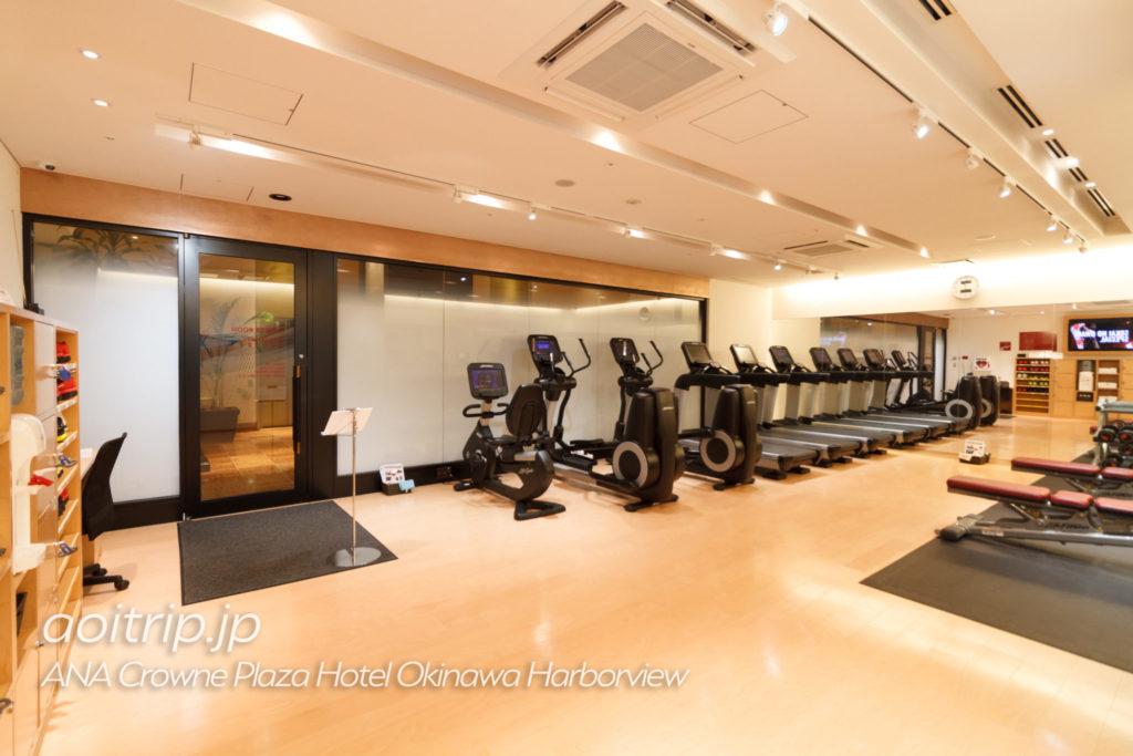 ANAクラウンプラザホテル沖縄ハーバービューのバーラウンジのフィットネスジム