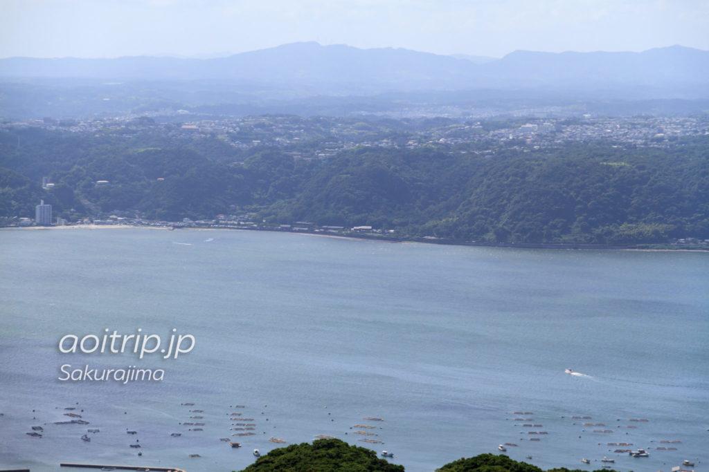 桜島の湯之平展望所の展望台から仙巌園を望む