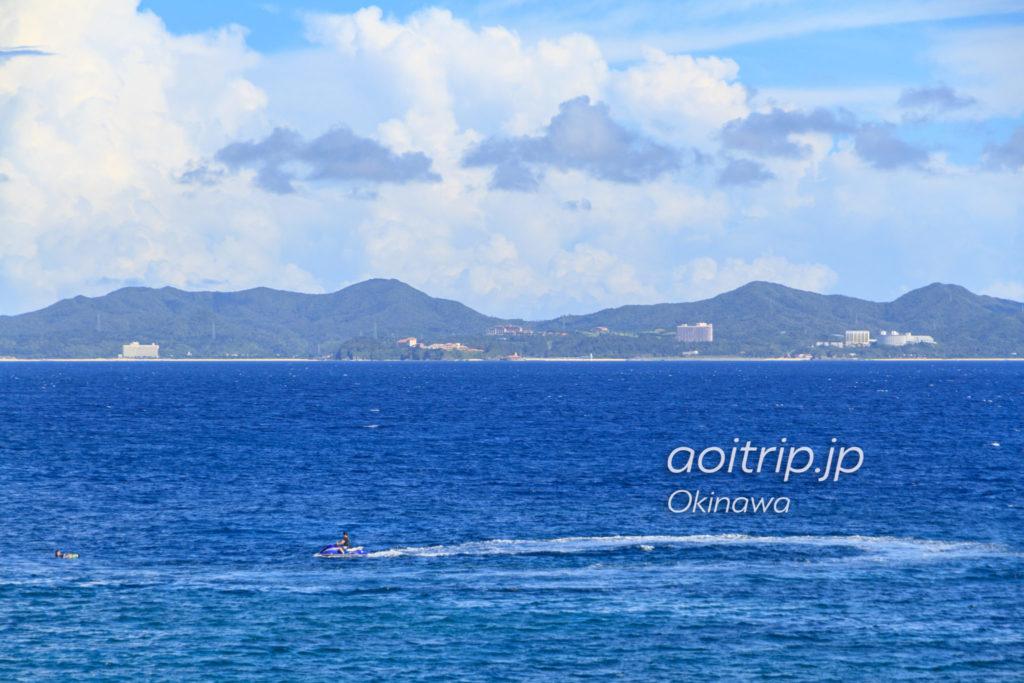 名護湾を挟んだ向かい側からザリッツカールトン沖縄(写真中央)を望む