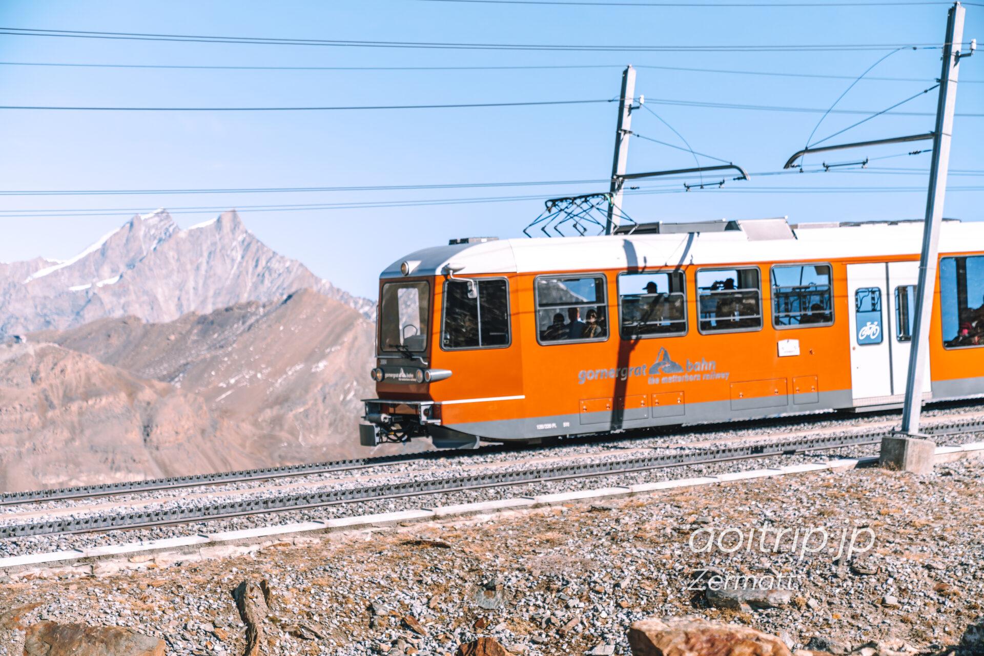 ゴルナーグラートのハイキング 線路を走るゴルナーグラート鉄道