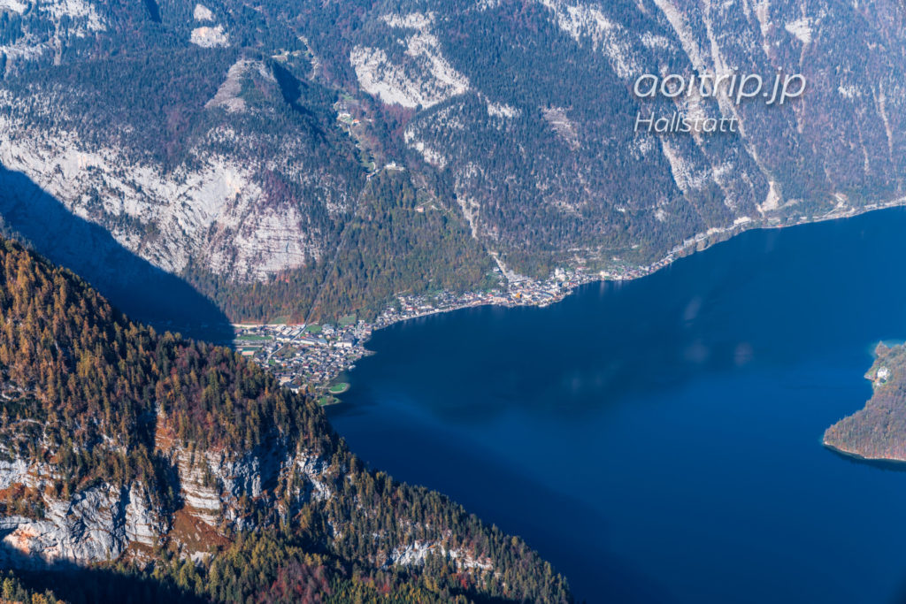 オーバートラウンの5フィンガーズからハルシュタット湖と町を望む