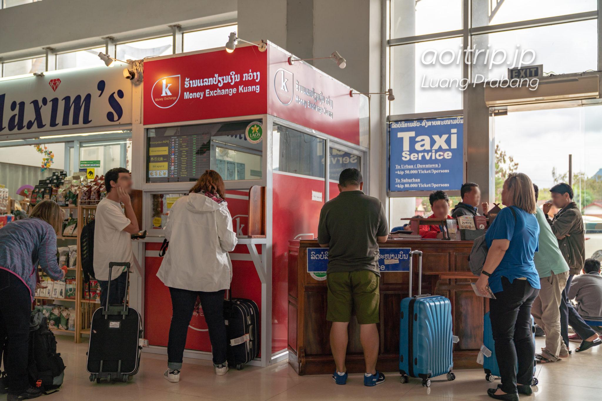 ルアンパバーン国際空港のタクシー乗り場と両替所