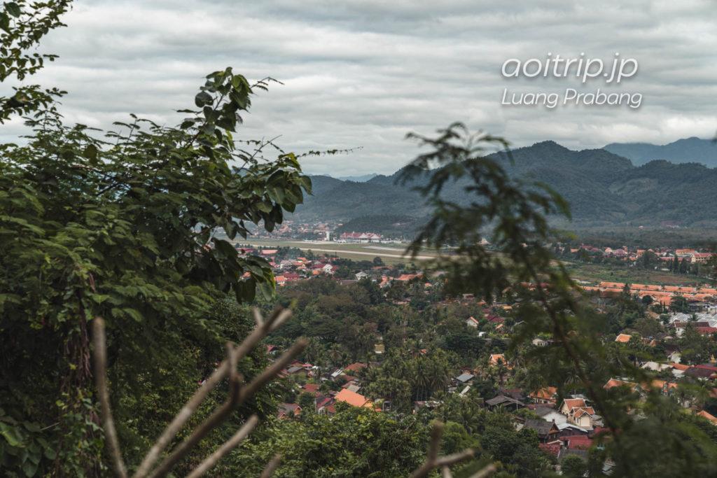 ルアンパバーン プーシーの丘から望むルアンパバーン空港