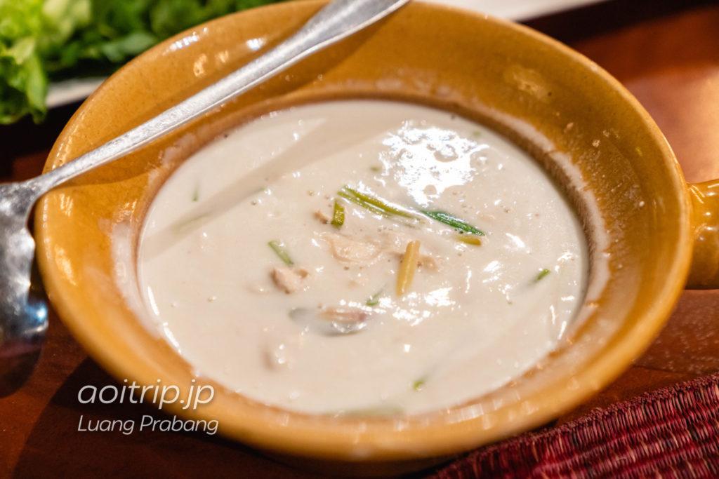 Tom Kai Si Khai 60,000キープ(Chicken Coconut Soup, Galangal, Lemongrass, Kaffir Lime Leaes, Coconut Milk)