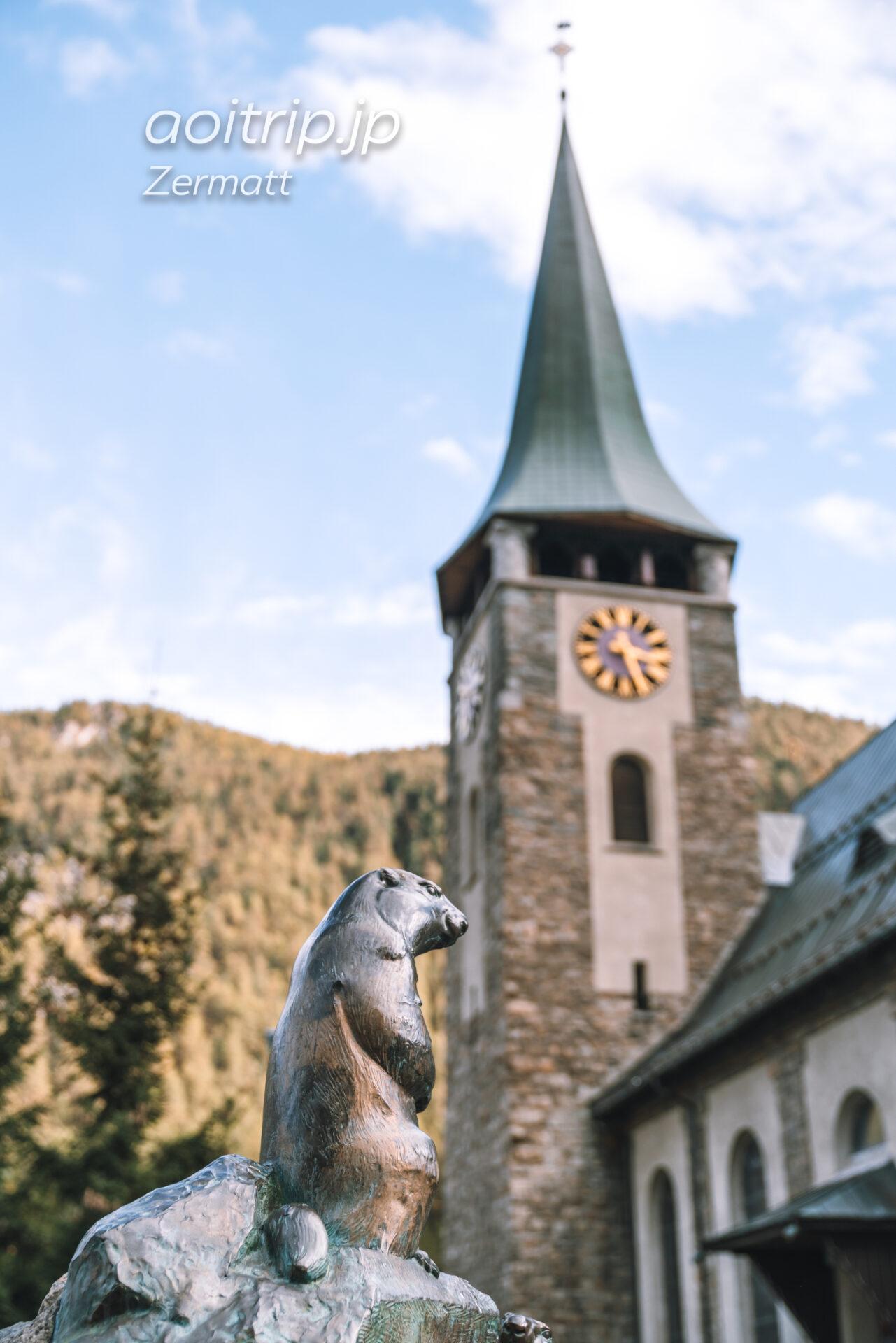 ツェルマットの教会とマーモットの像