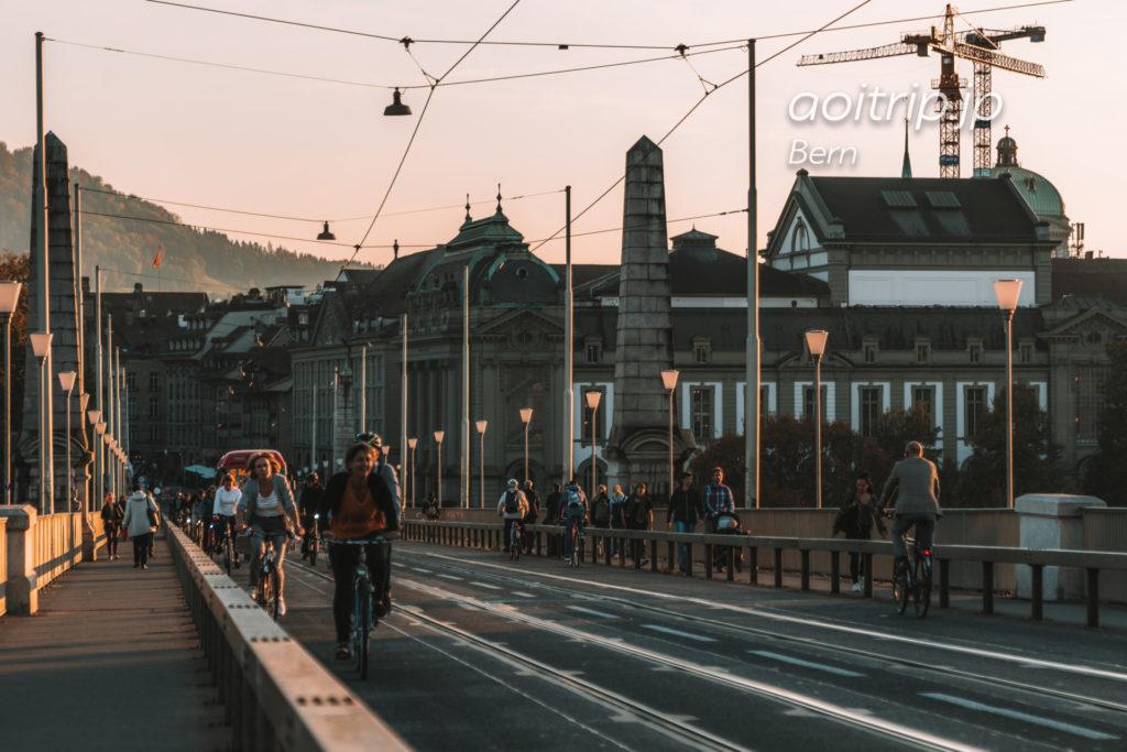 ベルン市民が行き交うコルンハウス橋