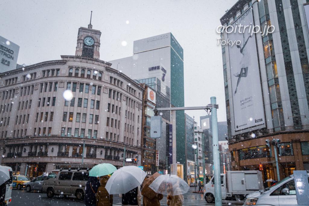 雪の降る銀座4丁目交差点