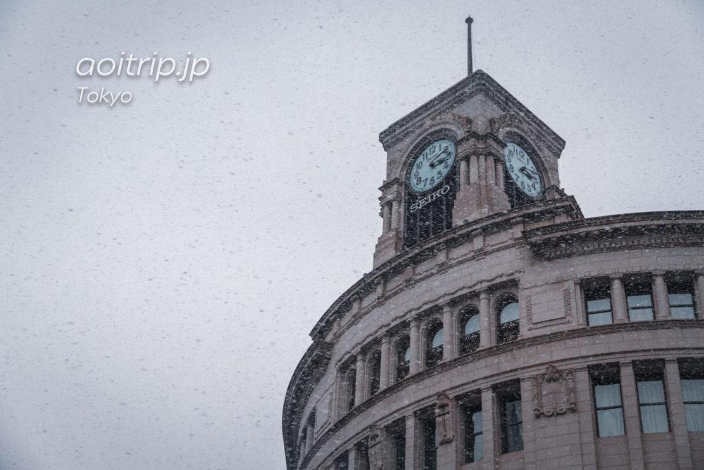 雪の降る銀座4丁目交差点の時計塔