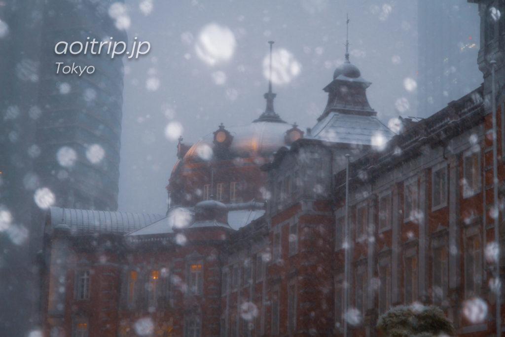 雪の降る東京駅の写真