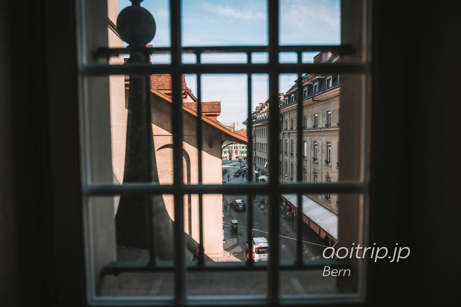 スイス ベルンの牢獄塔(Käfigturm)内部からベルンの町を望む