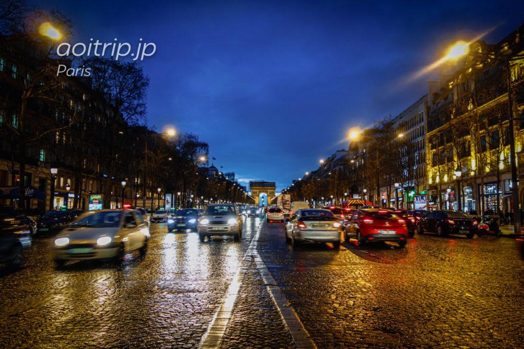 シャンゼリゼ通りから望むパリのエトワール凱旋門