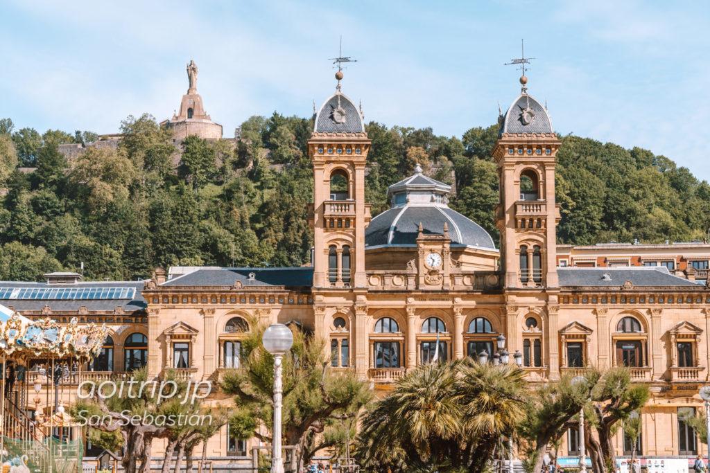 サンセバスティアンの市庁舎とモンテウルグルのキリスト像