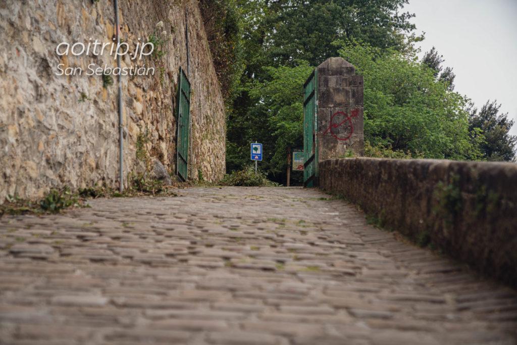 モンテウルグルへつづく石畳の道