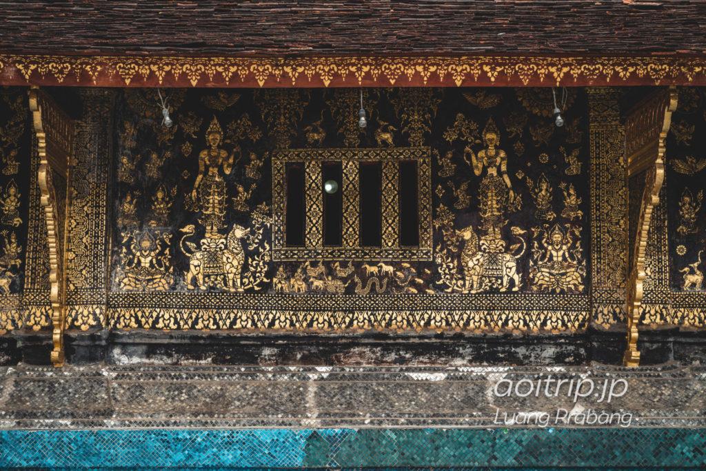 ルアンパバーンのワットシェントーン本堂 黒い壁面に描かれた金色の壁画