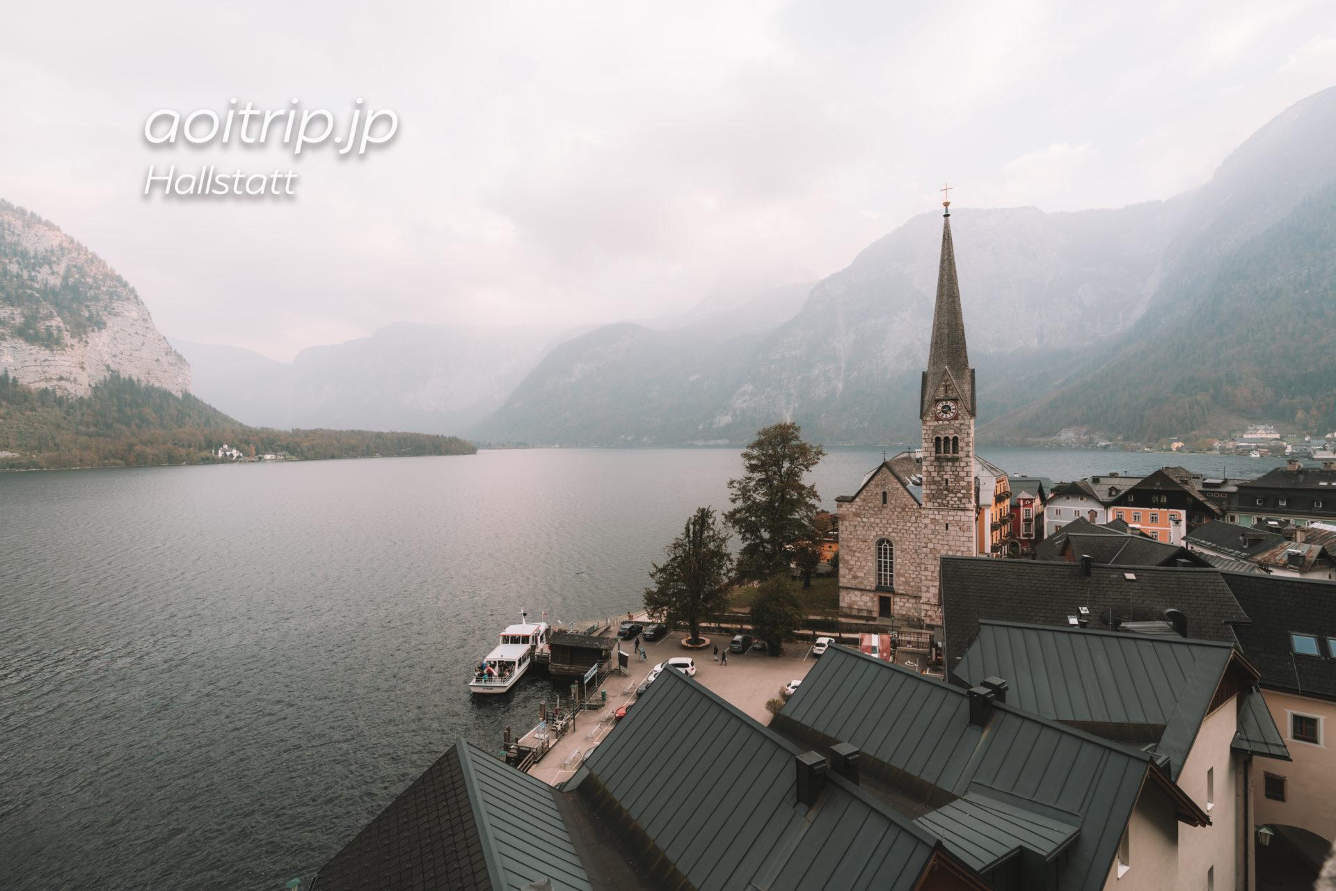ハルシュタットのカトリック教会からハルシュタット湖とプロテスタント教会を望む