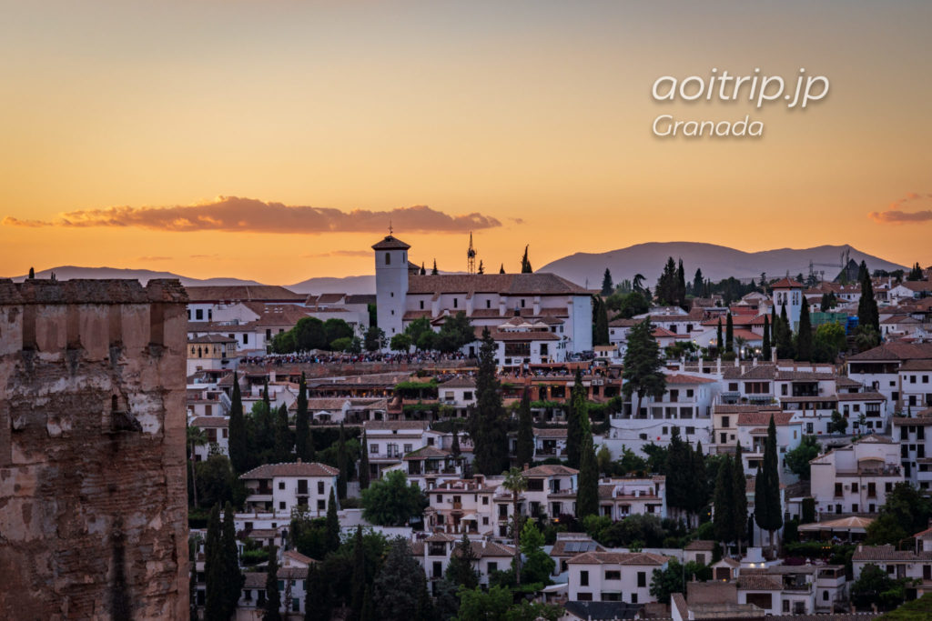 グラナダのアルハンブラ宮殿から望むアルバイシン地区とマジックアワー